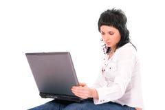 bärbar dator för flicka för skönhetbrunettaffär royaltyfria bilder