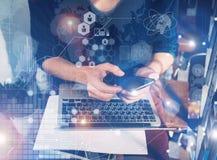 Bärbar dator för hand för manhandlagSmartphone skärm Projektchef Research Process AffärsTeam Work Startup modernt kontor globalt Royaltyfria Bilder