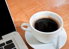 bärbar dator för kaffekopp Arkivfoton