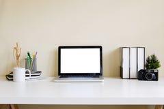 Bärbar dator för dator för tom skärm för modell på skrivbordet workspace Arkivfoton