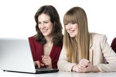 Bärbar dator för två kvinnor Royaltyfri Bild