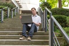Bärbar dator 20 för ung man Arkivfoton