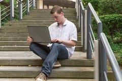 Bärbar dator 3 för ung man Royaltyfria Bilder