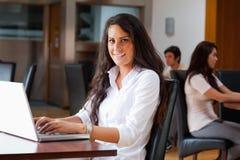 bärbar dator genom att använda kvinnabarn Royaltyfri Bild