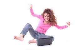 bärbar dator genom att använda kvinnabarn Arkivbild