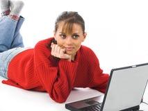 bärbar dator genom att använda unga kvinnor Royaltyfria Bilder