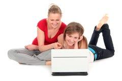 bärbar dator genom att använda unga kvinnor arkivfoton