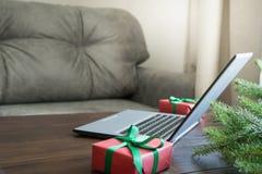 Bärbar dator i hemmiljön för att boka, specialt julerbjudande för sökande xmas Hyvla ferier royaltyfri fotografi