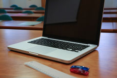 Bärbar dator i konferenslokal Arkivfoton