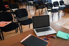 Bärbar dator i konferenslokal Fotografering för Bildbyråer