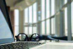 Bärbar dator i lobbyen fotografering för bildbyråer