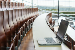 Bärbar dator i seminariumrum Arkivfoto