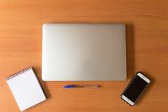 Bärbar dator i skrivbordet fotografering för bildbyråer