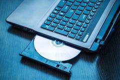 Bärbar dator med öppen CD - DVD-drev Arkivfoto