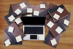 Bärbar dator med böcker och notepaden Royaltyfria Foton