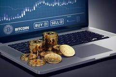 Bärbar dator med den Bitcoin diagrampå-skärmen bland högar av Bitcoin Arkivbilder