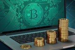Bärbar dator med den Bitcoin logopå-skärmen och växande högar av guld- Bitcoin Arkivfoto