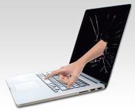 Bärbar dator med den brutna skärmen och handen Royaltyfri Foto