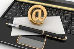 Bärbar dator med den inkommande bokstaven via mejl Arkivfoto