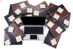 Bärbar dator med den pappers- anmärkningen och böcker Royaltyfria Foton