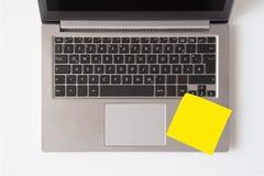 Bärbar dator med den tomma anmärkningen fotografering för bildbyråer