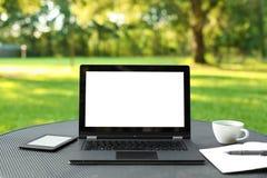 Bärbar dator med den tomma skärmen Royaltyfri Foto