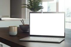 Bärbar dator med den tomma skärmen i kafé asiatisk mat på bakgrund framförande 3d royaltyfri illustrationer