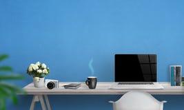 Bärbar dator med den tomma skärmen på kontorsskrivbordet Royaltyfri Fotografi