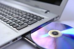 Bärbar dator med det öppna CDROM-minnes-magasinet Arkivfoton