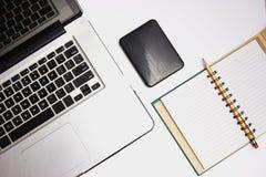 Bärbar dator med det bärbara hårddisk och blocket Arkivfoton