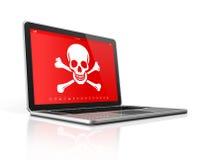 Bärbar dator med ett piratkopierasymbol på skärmen Isolerat på framförd white Royaltyfria Bilder