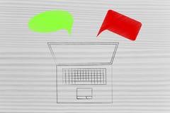 Bärbar dator med gröna och röda kommentarer som föreställer bra och dålig fe royaltyfri bild