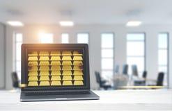 Bärbar dator med guld- guldtackor, kontorsbakgrund Royaltyfri Bild