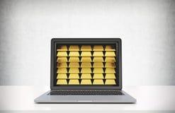 Bärbar dator med guld- guldtackor, vit tabell Royaltyfri Foto