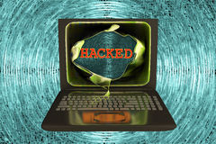 Bärbar dator med hackat ord Arkivfoto