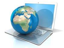 Bärbar dator med illustrationen av jordjordklotet, den Europa och Afrika sikten Royaltyfri Fotografi