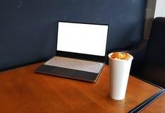 Bärbar dator med inrikesdepartementet för kaffekopp Royaltyfri Bild