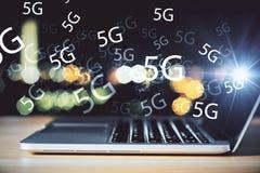 Bärbar dator med internet 5G arkivfoton