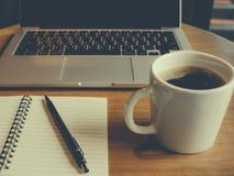 Bärbar dator med koppen av nytt kaffe Royaltyfri Bild