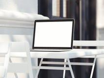 Bärbar dator med skärmen på tabellen på gatan framförande 3d Royaltyfri Bild