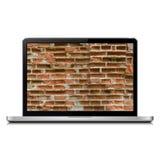 Bärbar dator med tegelstenväggen firewallen för begreppet 3d keys låsmodellen Arkivfoto