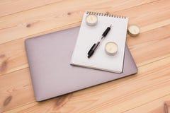 Bärbar dator, notepad, stearinljus och penna Arkivfoto