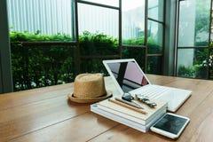 Bärbar dator och arbetstillbehör på den wood tabellen Royaltyfria Bilder