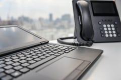 Bärbar dator och IP-telefon Fotografering för Bildbyråer