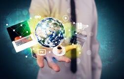Bärbar dator och jordklot för affärsperson hållande Arkivbild