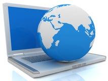 Bärbar dator- och jordklotbegrepp Arkivfoto