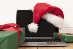 Bärbar dator och julgarnering Fotografering för Bildbyråer