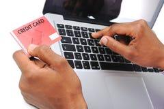 Bärbar dator och kreditkort Arkivfoton