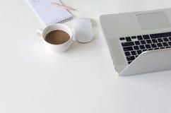 Bärbar dator på den vita tabellen Royaltyfri Fotografi