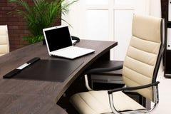 Bärbar dator på ett skrivbord royaltyfri bild